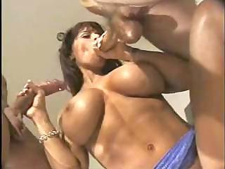 muscle mamma enjoying 1 dongs