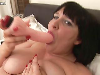 british aged floozy stuffing her fur pie