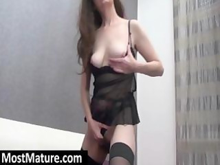 older brunette amateur hottie plays with her sexy