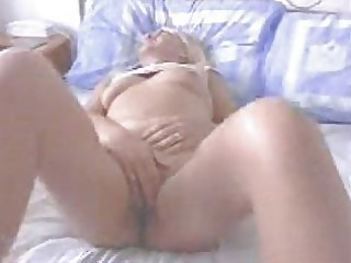 dilettante wife orgasms rubbing her clit